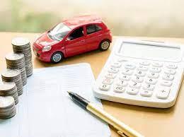modello auto vicino a calcolatrice