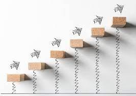 scalini in legno con grafico di frecce ascendenti