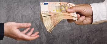 immagine di mano che prende mazzetta di banconote