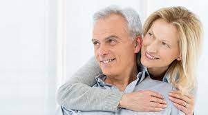 persone anziane sorridenti