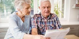 coppia di anziani che legge un preventivo
