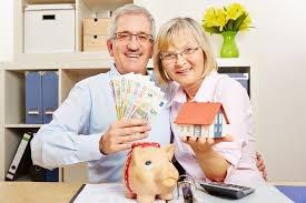 coppia di anziani felici con banconote