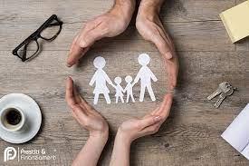 due mani che proteggono un disegno di una famiglia