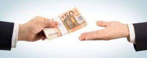 mani che passano mazzetta di euro