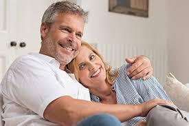 coppia felice di medià età